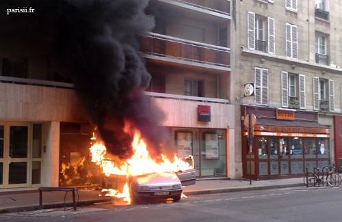 La voiture brûle, l'incendie se propage à l'immeuble...