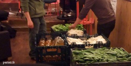 Les cageots sont livrés en vrac, c'est aux amapiens de faire la distribution
