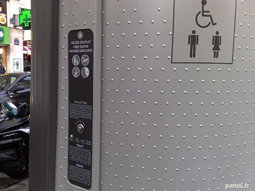 Bouton pour ouvrir la porte des toilettes, accessibles aux handicapés.