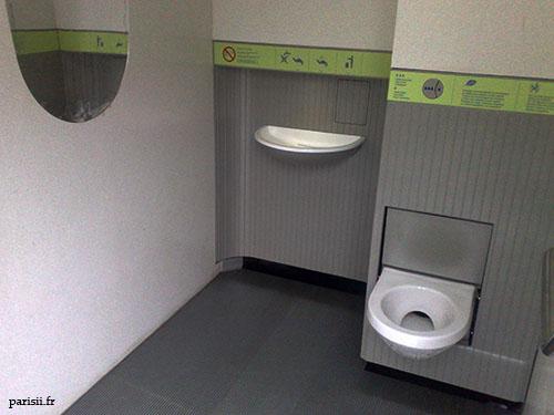 Intérieur des toilettes, avec la cuvette, le lavabo, le miroir... tout est nickel.