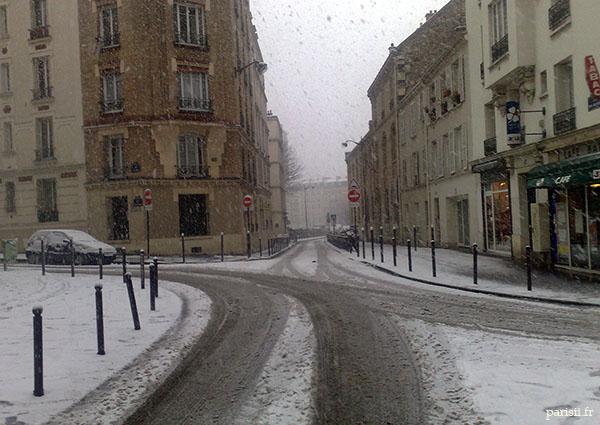 Les rues sont calmes, quand il neige