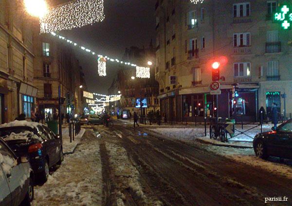 L'esprit de Noël est bien là, avec toute cette neige dans les rues illuminées
