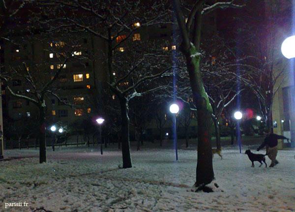 Pas facile de sortir son chien, sur ces trottoirs glissants remplis de neige et de verglas...