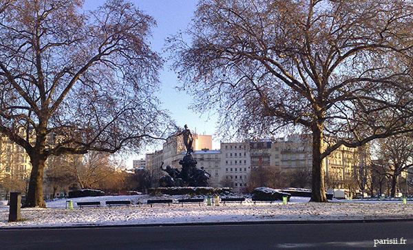 Heureusement que ce sont des statues, sinon elles prendraient froid!