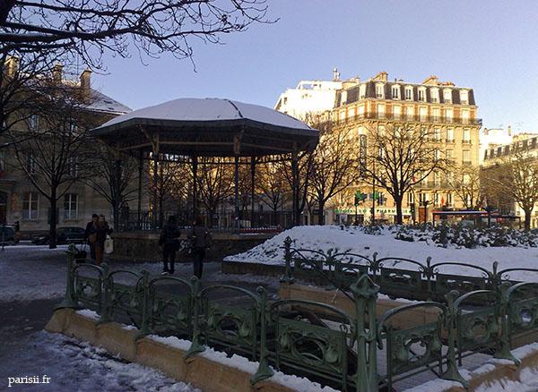 Kiosque et sortie de métro, neige et ciel bleu. Magnifique combinaison!