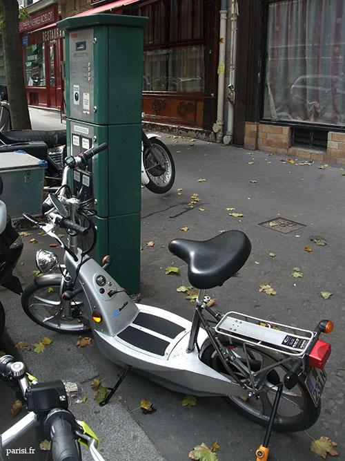 Moto électrique sur la borne de rechargement