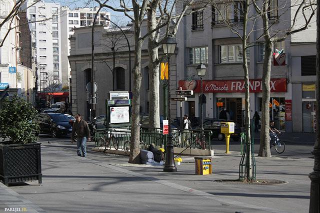 Un Franprix dans une rue, une supérette de quartier