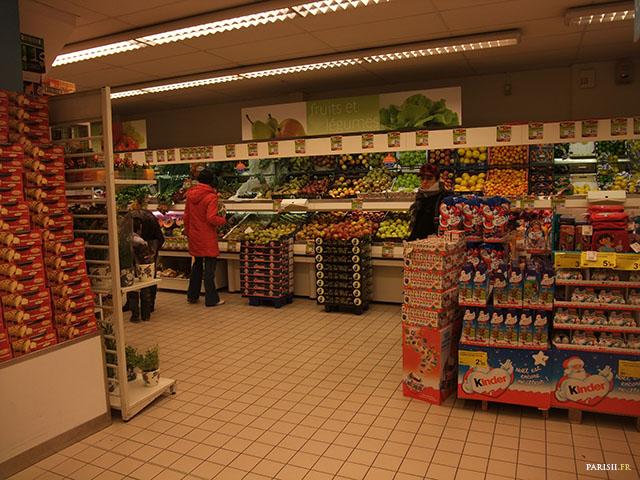 Les produits ici ne sont pas si entassés que ça, pour un supermarché parisien, c'est étonnant!