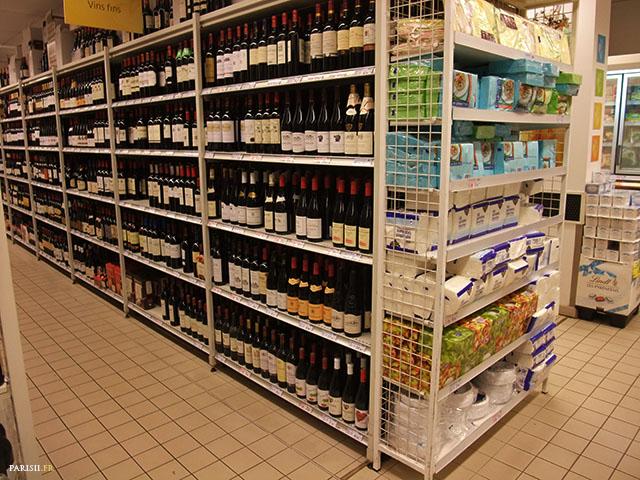 Un rayon rempli de bouteilles de vin, et une tête de gondole qui n'a rien à voir: typique d'un manque de place