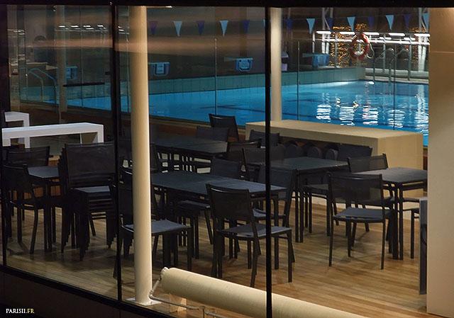 On peut reprendre des forces en étant assis aux tables en regardant les gens nager