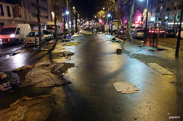 Boulevard parisien, après un marché à la sauvette: tas d'ordures