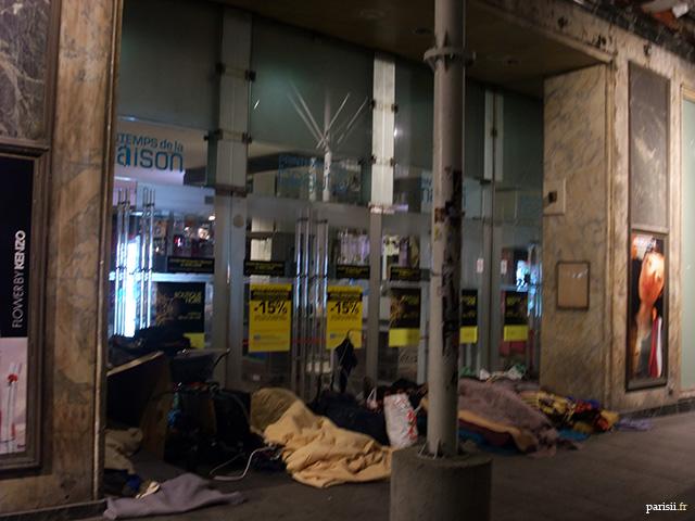 On retrouve des clochards dormant devant les portes des grands magasins parisiens