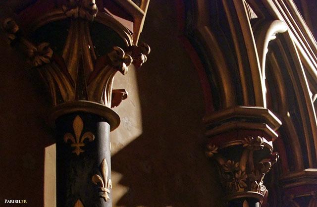 Fleurs de Lys, motifs des colonnes décoratives de la Chapelle Basse