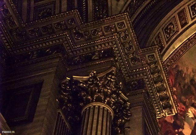 Détail de la décoration intérieure, richement ornée.